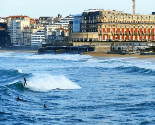 où surfer à marée haute dans le pays basque