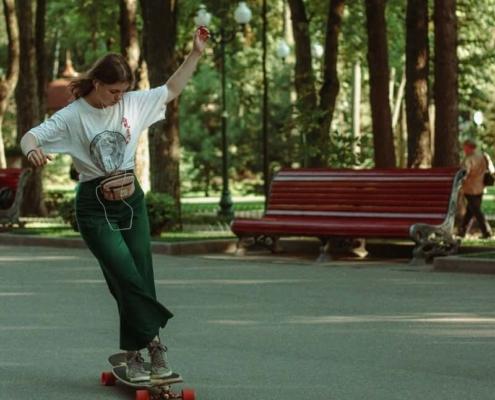 skateuse femme faisant un cross step