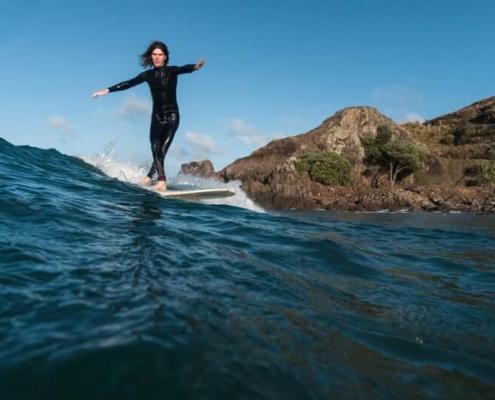 cross step en surf sur une planche longboard