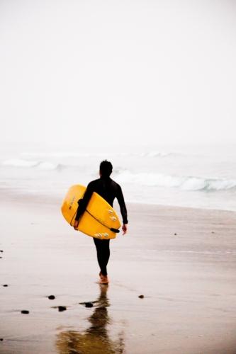 surfeur avec planche de surf